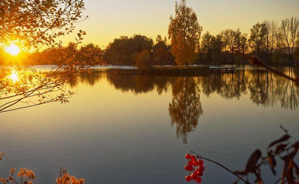 Herbstlicher Sonnenuntergang - Badesee Perach