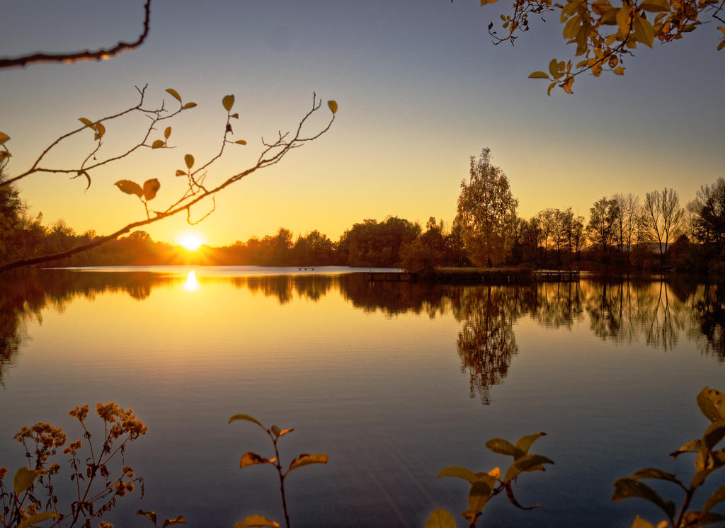 Herbstlicher Sonnenuntergang – Badesee Perach